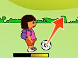 Дора играет в футбол