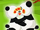 Панды целуются