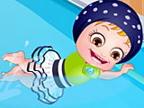 Малышка Хейзел учится плавать