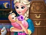 Эльза кормит малыша