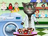 Говорящий кот Том стирает кукол