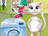 Беременная Анжела стирает одежду