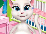 Беременная Анжела украшает комнату