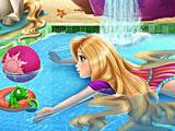 Рапунцель плавает в бассейне