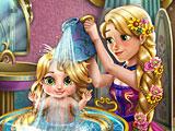 Рапунцель купает малышку