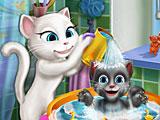 Анжела купает котенка