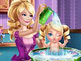 Барби купает малышку принцессу