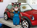 Том ремонтирует машину