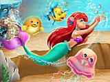 Плавающая Ариэль в океане