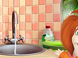 Лиза моет посуду