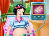 Беременная Белоснежка рожает