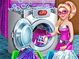Супер Барби стирает одежду
